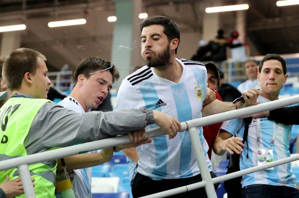 argentinefanspitting.thumb.jpg.a96961547c6fc909f4f212e00847c58b.jpg